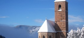 Winterurlaub in Hafling: Blick auf die St.-Kathrein-Kirche von der Hotelterrasse