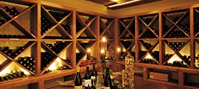 Gut sortierter Weinkeller im Hotel Sulfner in Hafling